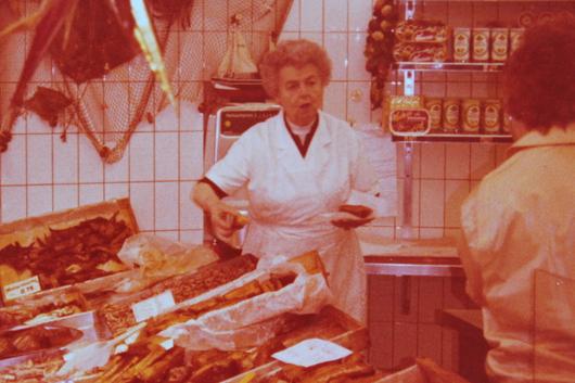 Mimi bedient  Räucherfisch-Kunden  1979